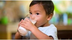 تحذير: الحليب النباتي لا يناسب الطفل قبل 5 سنوات