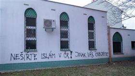 مجهولون يخطّون عبارات تهديد بالقتل على مسجد في التشيك