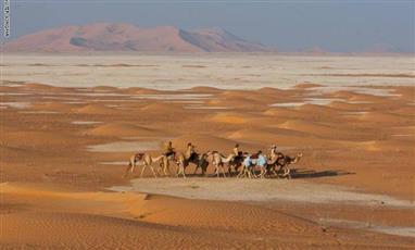 مغامر بريطاني يعبر صحراء الربع الخالي في 44 يوماً
