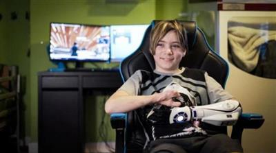 صبي يحصل على أول طرف صناعي مستوحى من أفلام «حرب النجوم»