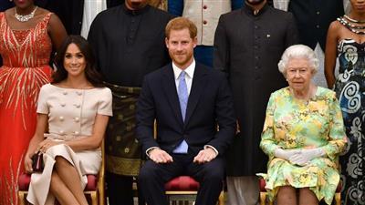 صورة تجمع كل من ملكة بريطانيا إليزابيث الثانية والأمير هاري وزوجته ميغان ماركل