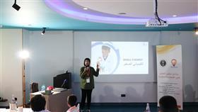 شيخة القطان متحدثة للمشاركين في البرنامج