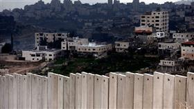 يفصل جدار الفصل العنصري بين أبو ديس وبين مركز مدينة القدس