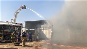 السيطرة على حريق سكن للعمال ومصنع لكبس الورق