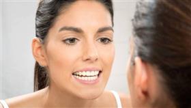 حيلة مكياج تجعل أسنانك تبدو أكثر بياضاً