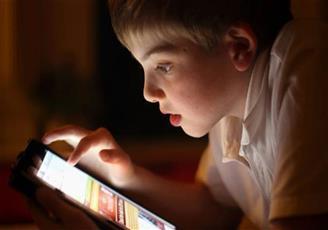 الإدمان على الهواتف الذكية قد يعزز الصحة العقلية للأطفال