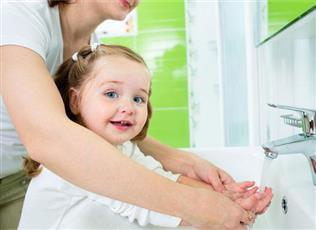 الغسل المتكرر لليدين قد يضر بشرة الأطفال