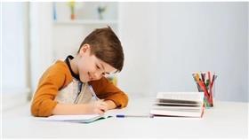 مع الدراسة عن بعد.. هكذا يجلس الطفل على المكتب بشكل صحيح