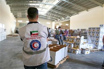 الهلال الأحمر يوزع الالاف من السلات الغذائية للفلسطينيين بقطاع غزة