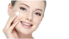 قبل تطبيق كريمات العناية عرضي وجهك للبخار لهذا السبب