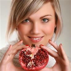 ماسك الرمان مهم جداً لتغذية البشرة في الشتاء