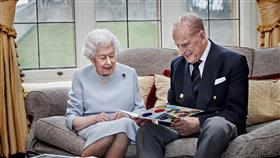 الملكة إليزابيث والأمير فيليب يحتفلان بعيد زواجهما الـ 73
