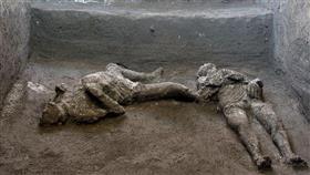 أنقاض بومبي تكشف عن جثث محترقة لرجل غني وخادم