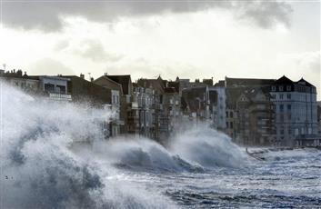 العاصفة «إيناس» تشق طريقها إلى فرنسا