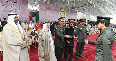 الأمير كرَّم الدفعة الـ 46 من الطلبة الضباط بكلية علي الصباح العسكرية