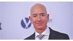 أغنى رجل في العالم يخصص 10 مليارات دولار لمكافحة تغير المناخ