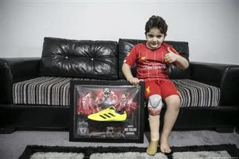 هدية «خاصة» من محمد صلاح لطفل «سوري» فقد ساقه في الحرب