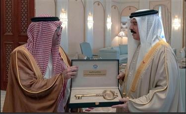 ملك البحرين يتسلم مفتاح السياحة العربية لعام ٢٠٢٠ من رئيس المنظمة العربية للسياحة