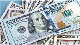 الدولار يتراجع قليلاً بفعل تحفيز مالي أمريكي ضخم
