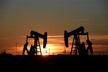 قيود السفر تهبط بأسعار النفط مجددا