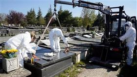 مشهد من دفن ضحايا فيروس كورونا في مقبرة السلفادور في فيتوريا بإسبانيا