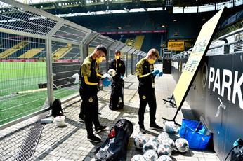 تعقيم وتطهير الكرات قبل انطلاق وعودة الحياة لملاعب كرة القدم في الدوري الالماني