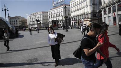 إسبانيا تواصل تخفيف قيود «كورونا» في معظم مناطقها