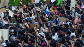 تظاهرات الغضب.. طوارئ وحظر تجول وآلاف أمام البيت الأبيض