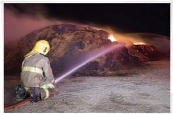 4 فرق إطفاء تُخمد حريق أعلاف على طريق السالمي
