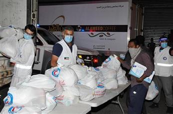 الهلال الأحمر الكويتي يوزع سلالا غذائية على عمال ومقيمين في محافظة الجهراء