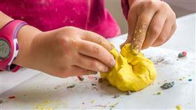 أسهل طريقة آمنة لعمل صلصال للأطفال في المنزل