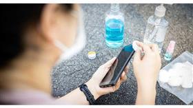 هل ينتقل فيروس كورونا عبر الهواتف الذكية؟