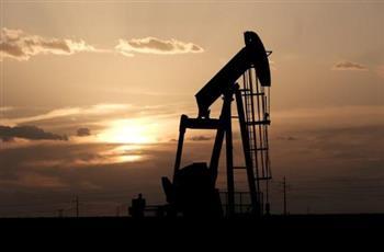 النفط ينزل وسط توتر بين أمريكا والصين وإصابات كورونا تضغط على السوق