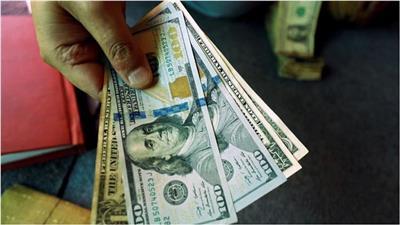 الدولار يهبط متأثرًا بانتشار فيروس كورونا.. واليورو يقفز لأعلى مستوى منذ 2018
