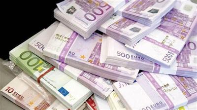 اليورو يهبط من أعلى مستوى في عامين