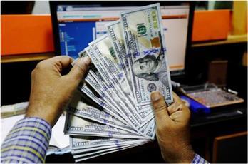 الدولار ينخفض لأدنى مستوى في عامين مع زيادة إصابات كورونا في أمريكا