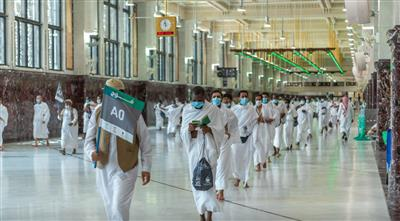 الحجاج يتوافدون إلى المسجد الحرام لتأدية طواف القدوم