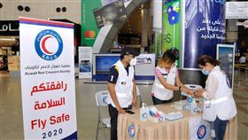 الهلال الأحمر يوزع الكمامات والمعقمات على المسافرين في مطار الكويت