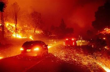 حريق ضخم بولاية كاليفورنيا الأمريكية يجبر الآلاف على ترك منازلهم