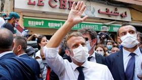 الرئيس الفرنسي إيمانويل ماكرون يلوح بيده في أحد شوارع بيروت - رويترز