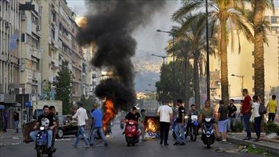 المتظاهرون اللبنانيون يقتحمون مقر وزارة الخارجية.. واشتباكات عنيفة مع الأمن