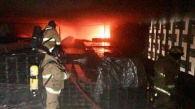 فرق الإطفاء تواصل مكافحة حريق اندلع بمبنى مواقف السيارات قيد الإنشاء في منطقة الصباح الصحية