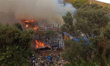 اليونان تسيطر على حريق قرب مخيم للاجئين في جزيرة ساموس