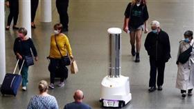 روبوتات «مسلحة» تلاحق كورونا داخل محطة قطارات في لندن