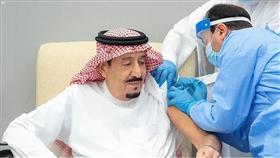 العاهل السعودي يتلقى الجرعة الأولى من اللقاح المضاد لكورونا