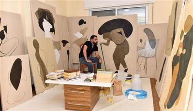 يرسم كأنه يمحو.. فنان تشكيلي يحتفي بالمرأة والطبيعة على طريقته